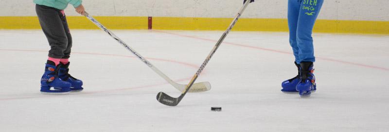 Tjejer fick prova på hockey